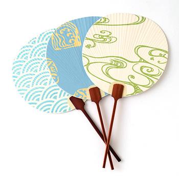 元禄3年から江戸に続く和紙問屋「東京松屋」の丸うちわ。光の移ろいにより印象が変わる雲母の煌めきが陰影を生む「江戸からかみ」を使用。