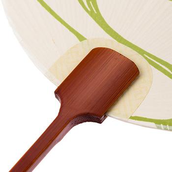 風情がある和紙の質感とすっきりした竹の持ち手のコンビネーションが美しい。蒸し暑い夏に、スッと居ずまいを正させてくれるような、品の良さが魅力。