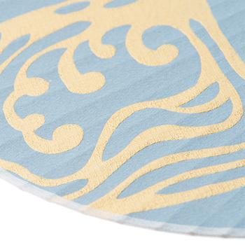 版木に、雲母(きら)や胡粉(ごふん)と布海苔(ふのり)などを混ぜた絵の具を乗せ、手漉きの和紙に、彫られた文様を手で撫でながら写し取っていくのが、からかみの技法。表面の凸凹感が特徴的です。