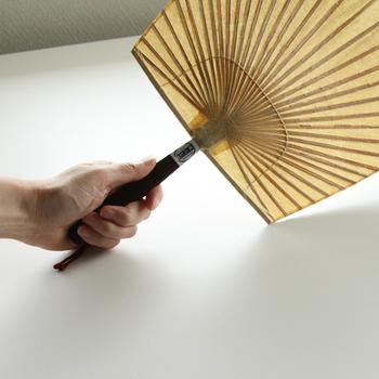 熊本県山鹿市の来民(くたみ)地区に伝わる「渋うちわ」は、慶長5年(1600年)頃に四国の旅僧が宿の謝礼として、うちわの製法を伝授したことが始まりと言われています。
