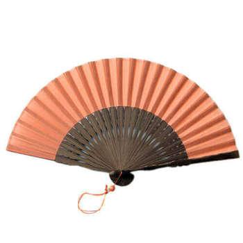 1823年(文政6年)創業の「宮脇賣扇庵」は、日本舞踊に用いられる舞扇、夏扇に加え、昔ながらの飾扇など、あらゆる扇子をそろえる老舗の扇子店。