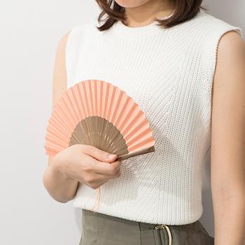 ポシェットが流行した昔、「ポシェットにすっぽり収まる短めの扇子を」というリクエストに応えて誕生したのが、小ぶりなサイズの「麻ポケット扇」です。