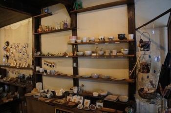 食器やアクセサリー、ステーショナリーなど、あたたかみのある作家作品を販売。ギャラリーも併設していて、お買い物や展示作品を楽しむことができます。