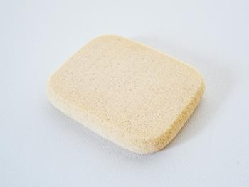 スポンジを洗う頻度は、全面を使い切った時が目安。片面を半分ずつ使って4日に1度くらいがおすすめです。