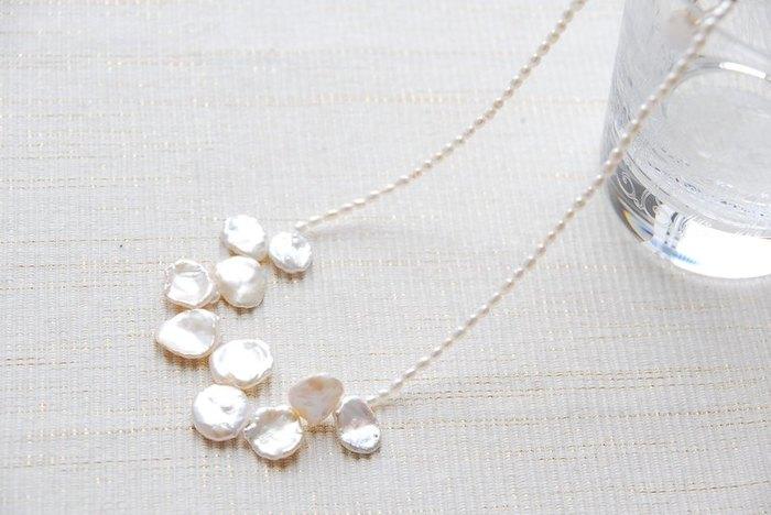 花びらのようなケシパールが可憐なネックレス。 シンプルな白シャツに合わせて、女性らしく。