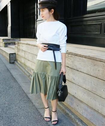 スカートと合わせたスタイル。丈が長めのトップスを大胆にサッシュベルトでギュッとウエストマーク。小物をブラックでまとめれば、引き締め効果も抜群です。