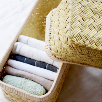 先ほどキッチンのところでご紹介した篠竹のかご。蓋付なので、清潔に使いたいタオルの収納にもぴったり。色柄がバラバラでもかごに収納すれば見た目もすっきり!
