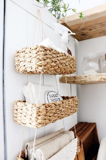 こちらは、ニトリのバスケットを使ってリメイクしたというハンギングバスケット。キッチンの壁面に吊るして、ランチョンマットや除菌スプレーなど取り出しやすく収納することができます。