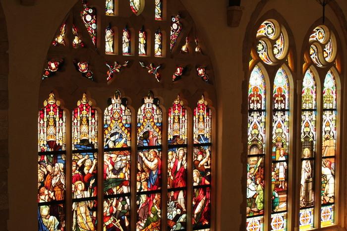 中世の貴族の館が残る英国のコッツウオルズ地方で有名なマナーハウス。 那須ステンドグラス美術館は、マナーハウスをモチーフに建物の資材をはじめ、工法まですべて本物にこだわって建てられています。  ステンドグラスの優しい光とアロマの香り、美しい造形物、パイプオルガンやオルゴールの音色、那須のやわらかな風に包まれた空間で日常を忘れてゆったりと過ごせる。  住所:〒325-0302栃木県那須郡那須町高久丙1790 TEL:0287-76-7111 時間:9:00-17:30(※11月〜3月 09:00-16:30) 入館料:大人1,300円     中高生800円     小学生500円     幼児無料     シニア1,000円※60歳以上