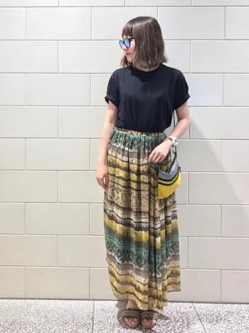 カラフルなアフリカンな雰囲気のロングスカート。鮮やかなカラーにエスニックサンダルが、夏らしくて素敵。