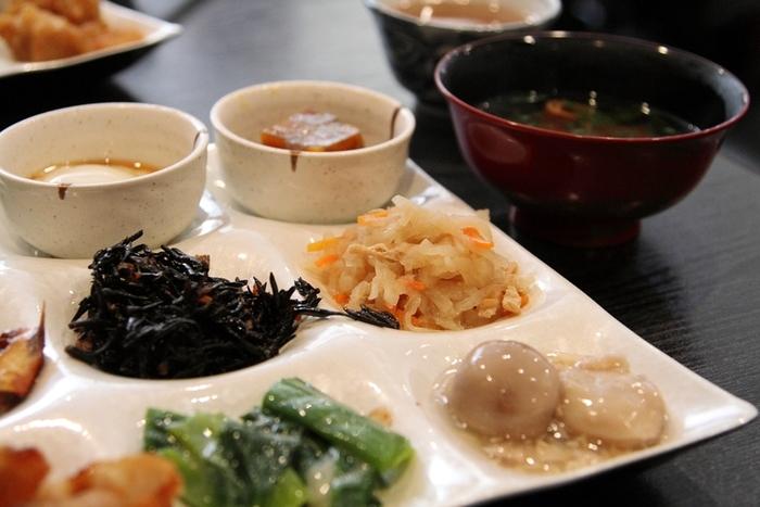 ざっくりと簡単に説明させていただくと、昔から京都の一般家庭で作られてきたお惣菜をおばんざいと呼びます。