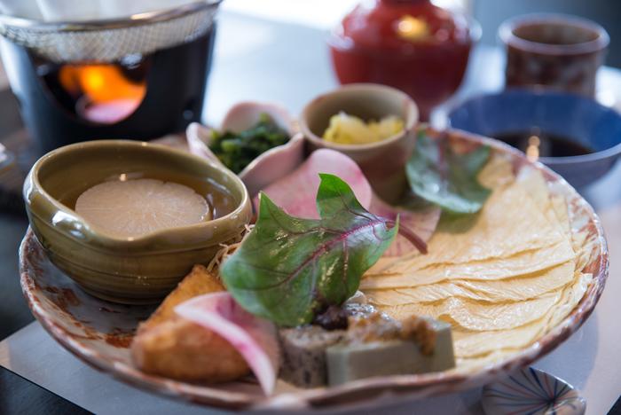 「京料理」の庶民版といったイメージで、基本的に鰹節や昆布、椎茸などのおだしがきいた煮物が多いです。全体に薄味であり、色の濃い調味料はあまり使わないことから素材の色味が鮮やかにでているという特徴があります。