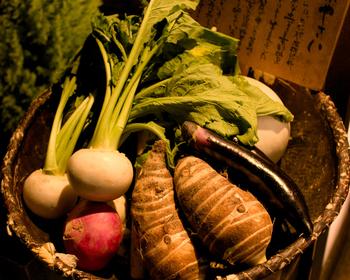 素材は賀茂茄子、壬生菜、聖護院大根などの京野菜が好まれます。お肉や魚は少な目で、野菜がメインの食事です。