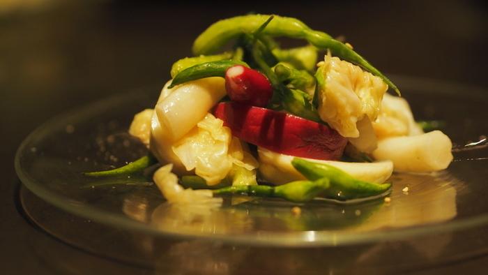 食材は「京の台所」と呼ばれる錦市場で調達。また、野菜は京都向日市にある五十棲農園産のものを使用しています。