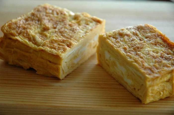 """卵焼きの味付けは、醤油と砂糖のみでシンプルに。焼くときの温度も重要なポイント。箸先で卵液を落としたときに""""ジュ""""っという音と共にすぐに固まれば適温です。焼く途中に油を補充するために、キッチンペーパーを使うと便利です。"""