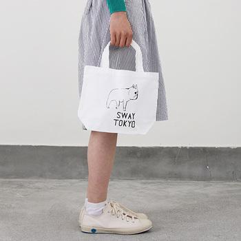小さめトートは、お散歩などちょっとしたお出かけの時に便利ですよね。スニーカーとスカートを合わせたカジュアルなスタイリングに、ゆるかわイラストがガーリーなアクセントになっています。