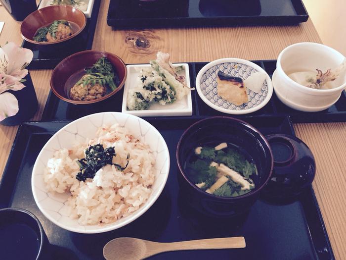 バランスよく丁寧な料理を味わえる人気の定食。ランチの祇園定食、夜は梅、椿、桜の3種類から選べます。
