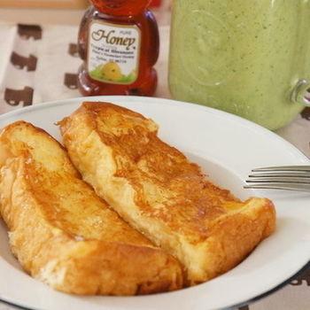 厚切りの食パンを使うとボリュームアップし、フレンチトーストならではのふわふわの食感をより楽しめますよ。