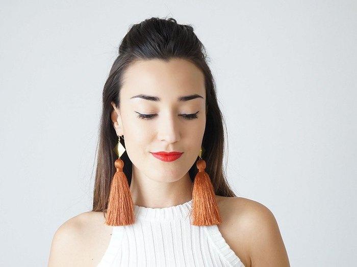 夏だからこそ、大胆な大ぶりアクセサリーにも挑戦したい! こちらのエキゾチックなピアスは、トルコ出身のデザイナーのもの。
