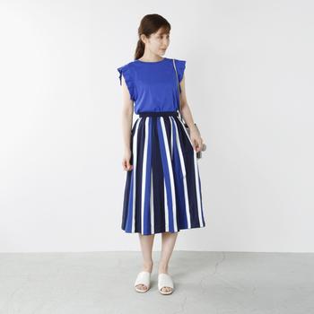 袖のデザインがかわいいフレンチスリーブも人気。夏らしい明るいブルーが涼しげです。縦ラインをきれいに見せてくれるストライプのスカートもおしゃれ。