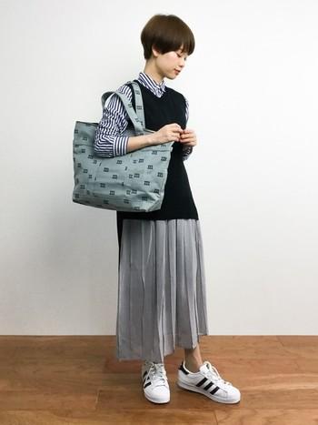 大きめロゴトートは、洋服のトーンを合わせてスッキリとしたコーデに。落ち着きと洗練された印象を与えてくれます。