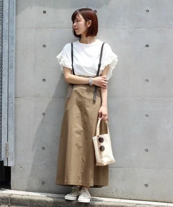 シンプルなツートンコーデにフリルの袖がこなれた印象。コンパクトなバッグを合わせて、ボリュームのあるトップスを強調して。