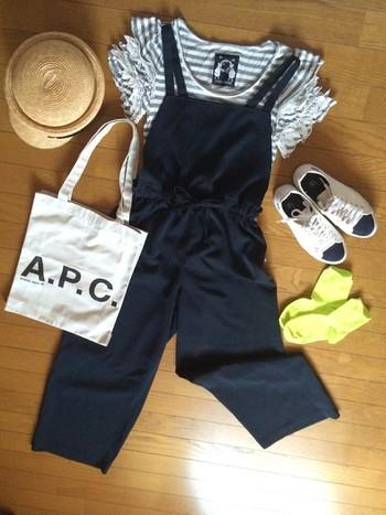 麦わら帽子、サロペット、スニーカーにロゴトート。休日のリゾートスタイルは、お子さんとのお出かけにもピッタリです。