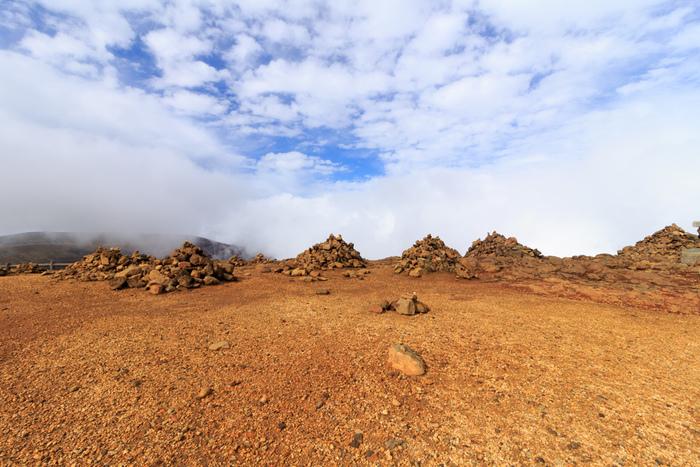 「御釜」から熊野岳や刈田岳へ歩いていくこともできます。荒涼とした山肌を一歩一歩踏みしめながら歩くだけで非日常感を得られます。