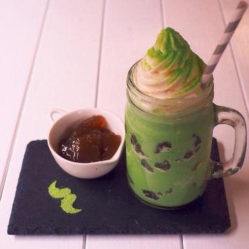 【わらび餅入り☆抹茶風味】 牛乳氷に、抹茶(加糖タイプ)と牛乳をミキサーにかけて、最後に小さくカットしたわらび餅を加えた和風アレンジです。