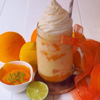 あらかじめオレンジジュースと牛乳を氷にしたものに、フレッシュな果汁を加えたレシピ。見た目にも鮮やかなビタミンカラーは、飲むと元気になりそう♪