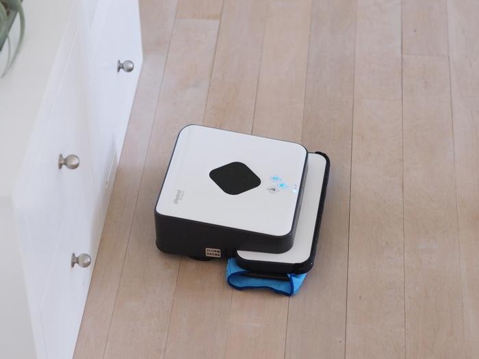 こちらは床拭き専用お掃除ロボット「ブラーバ 380j」モデル。お部屋の汚れに合わせて、水拭き・乾拭きの2つのモードが選べるそうです。フローリング・タイル・クッションフロアなど様々な床の素材に対応し、スタイリッシュでおしゃれなデザインも特徴です。こちらの「ブラーバ 380j」についての感想も、以下のサイトで詳しく紹介されています。