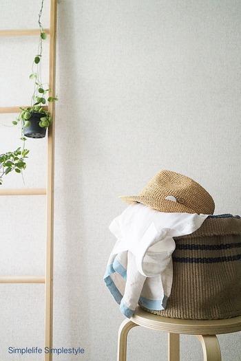 """仮の収納場所には、バスケットを活用した""""投げ入れ収納""""もおすすめです。帽子やバッグなどの一時的な収納のほかにも、スリッパ入れや鉢カバーなど、様々な使い方ができるそうです☆"""