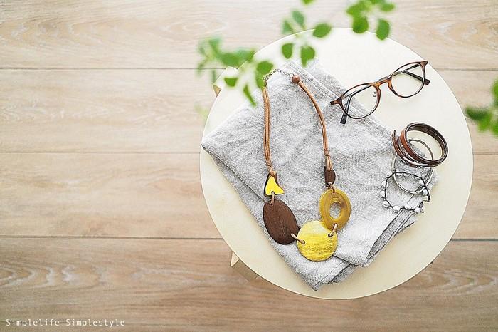 着ていく場所やその日の気分によっては、洋服に少しアレンジを加えたい時もありますよね?そんな時には、少しインパクトのあるアクセサリーが活躍します。そのほかにもメガネやブレスレットなど、着こなしのアクセントになる小物を揃えておくと便利ですよ♪