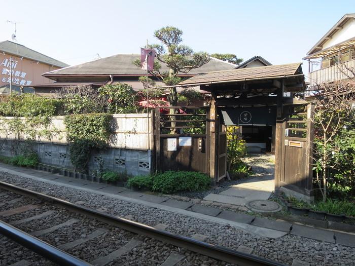 和田塚駅・線路のすぐ脇にある、ほっこりした雰囲気の古民家カフェ「無心庵」。(本当に線路の目の前にあるので、通行にはご注意を…!)