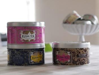 ご覧頂いてお分かりのように、とにかく缶のデザインが美しくて、紅茶が無くなって缶だけになっても大活躍!パーティなどのテーブルデコレーションにも、KUSMI TEAの缶を使って。
