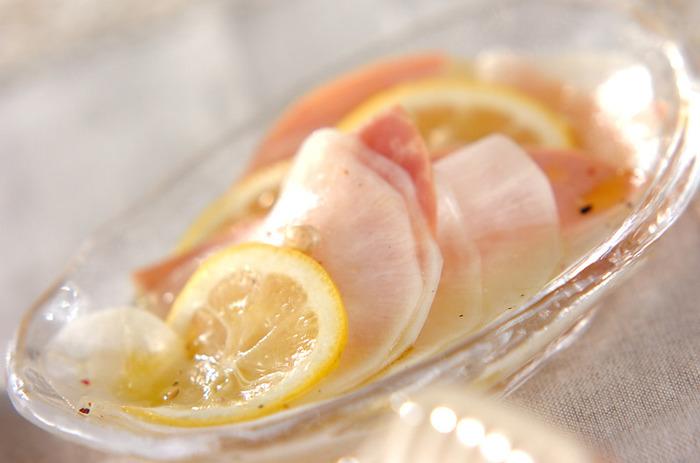 箸休めとしてもおすすめ。薄くスライスした大根とレモン、そしてハム。三位一体となって口中に美味しさが広がります。