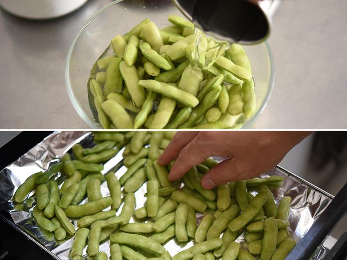 そして濃いめの塩水に30分~1時間ほど浸けて馴染ませます。多少の手間ですが、いつもの枝豆とは違う美味しさに出会うためには大切なポイント。魚焼きグリルにアルミホイルを並べたら、弱めの中火で焼いていきます。湯気でキッチンが暑くなることもないので快適!