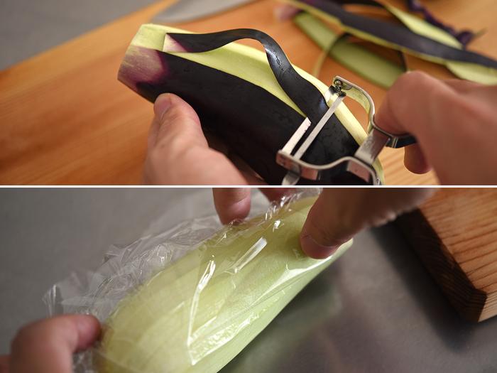 なすを手軽に蒸すなら、電子レンジがとっても便利。皮をまるっと剥いて、さっと全体に水をかけたらラップで包みます。600Wのレンジで2分くらい加熱すれば、クタクタに柔らかくなっているはず。冷めたら食べやすい長さにカットしておきましょう。