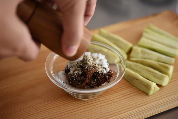 なすと相性抜群の味噌をベースに、砂糖と黒胡椒を混ぜるだけで作れる特製のみそだれ。粗びき黒胡椒は意外とたっぷり入れるので、ちゃんと量って確認を。スティック野菜などにも合い、1ヶ月ほど冷蔵保存できるので多めに作っておいても良さそうです。