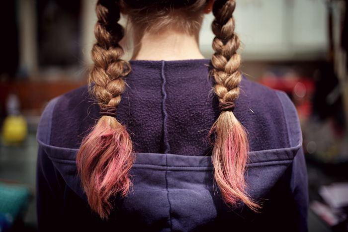 三つ編みは、手軽にオシャレに見せることができるまとめ髪ですが、ついつい子供っぽい印象になってしまうことはありませんか?ちょっとしたアレンジを加えるだけで、大人っぽい清楚な雰囲気やナチュラルな質感を自在に作ることができるんです。ではさっそく、ひとつ大人な三つ編みアレンジをご紹介していきます。