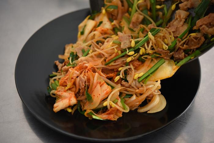 盛り付けるお皿に冨田さんは黒をチョイス。キムチの赤や、ニラの緑が鮮やかに映えて美しく、そして大人っぽい落ち着いた雰囲気も演出してくれますね。
