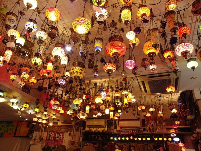 エキゾチックな雰囲気の店内にはたくさんのランプが吊るされています。色鮮やかな光が店内に広がり、見ているだけでうっとりとしてしまいます。置き型・立て形・壁掛け型など種類も豊富です。
