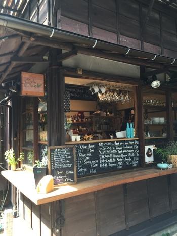 ◆塩とオリーブの店 おしおりーぶ  オリーブオイルと塩の味比べができるお店です。 香りを楽しめるフレーバーオイルという珍しいものなど、たくさんの種類のオイルがずらりと並んでいます。