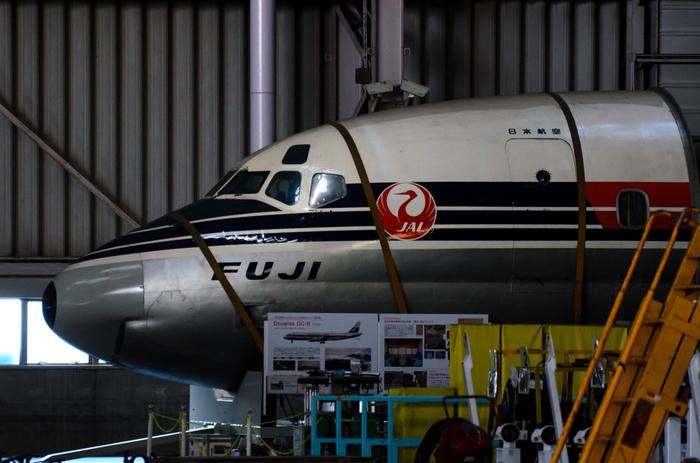 航空機について学び、アーカイブ展示を見学できたり、コックピットや本物の格納庫を見学できたりと、見応えたっぷりの【JAL工場見学】。小学生以上から見学可能です。