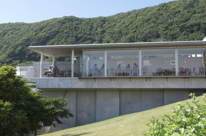 葉山館、鎌倉館、鎌倉館別館、と三つに分かれている【神奈川県立近代美術館】。特に葉山館は2003年に開館したまだ新しい美術館です。海沿いでしかも自然に囲まれた立地は、のびのびと美術鑑賞ができる環境。息抜きにもぴったりの美術館です。