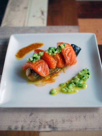 レストランで出されるような見た目も美しい一皿。とろとろのナスとサーモンにきゅうりドレッシングを添えたおもてなしにもおすすめのレシピです。