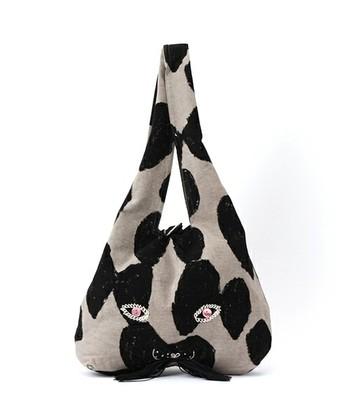 こちらが、usa bagです。かなり印象的で心に残るデザインですね。舞う蝶をイメージしたテキスタイルでつくられたバージョン。ちょっぴりとぼけたお顔がかわいいです♪