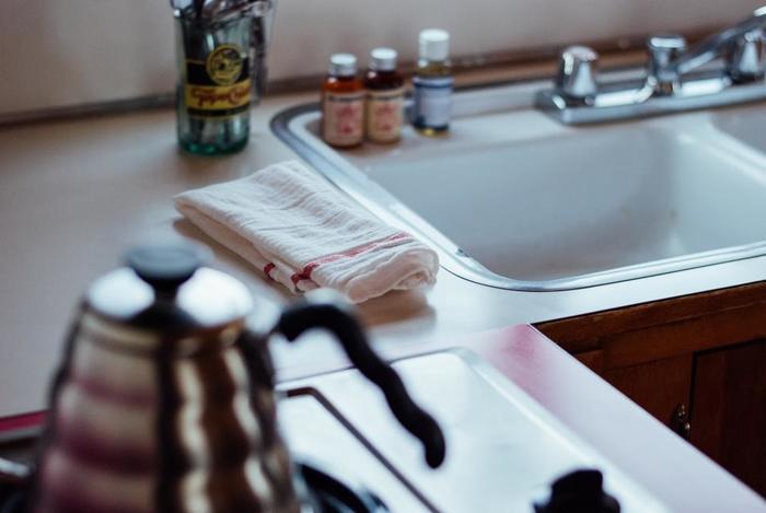 キレイなキッチンを楽に保つには、掃除しやすいことが大前提。カウンターにモノを置きすぎないようにすれば、水ハネや油汚れがつくこともなく、拭き掃除もサッとできます。キッチンの見た目もスッキリしますね。