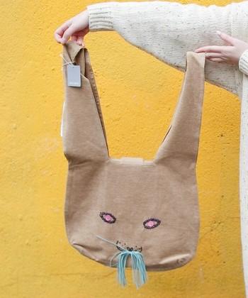 こちらはコットンベルベット。あたたかな肌触りのバッグが、寒い冬にもそっと貴方に寄り添います。