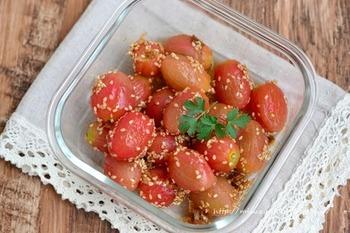 常備菜としてもおすすめなトマトの和え物は、トマトがニガテな人でも食べやすいと評判です。  「湯剥きするのが難しそう」と思うかも知れませんが、沸騰したお湯の中に入れて再沸騰したら氷水にとるだけ。つるんと皮がむけて楽しいので、ぜひ一度試してみてくださいね。  中華風の味付けで、ごはんのお供にもお酒のおつまみにも最高です。